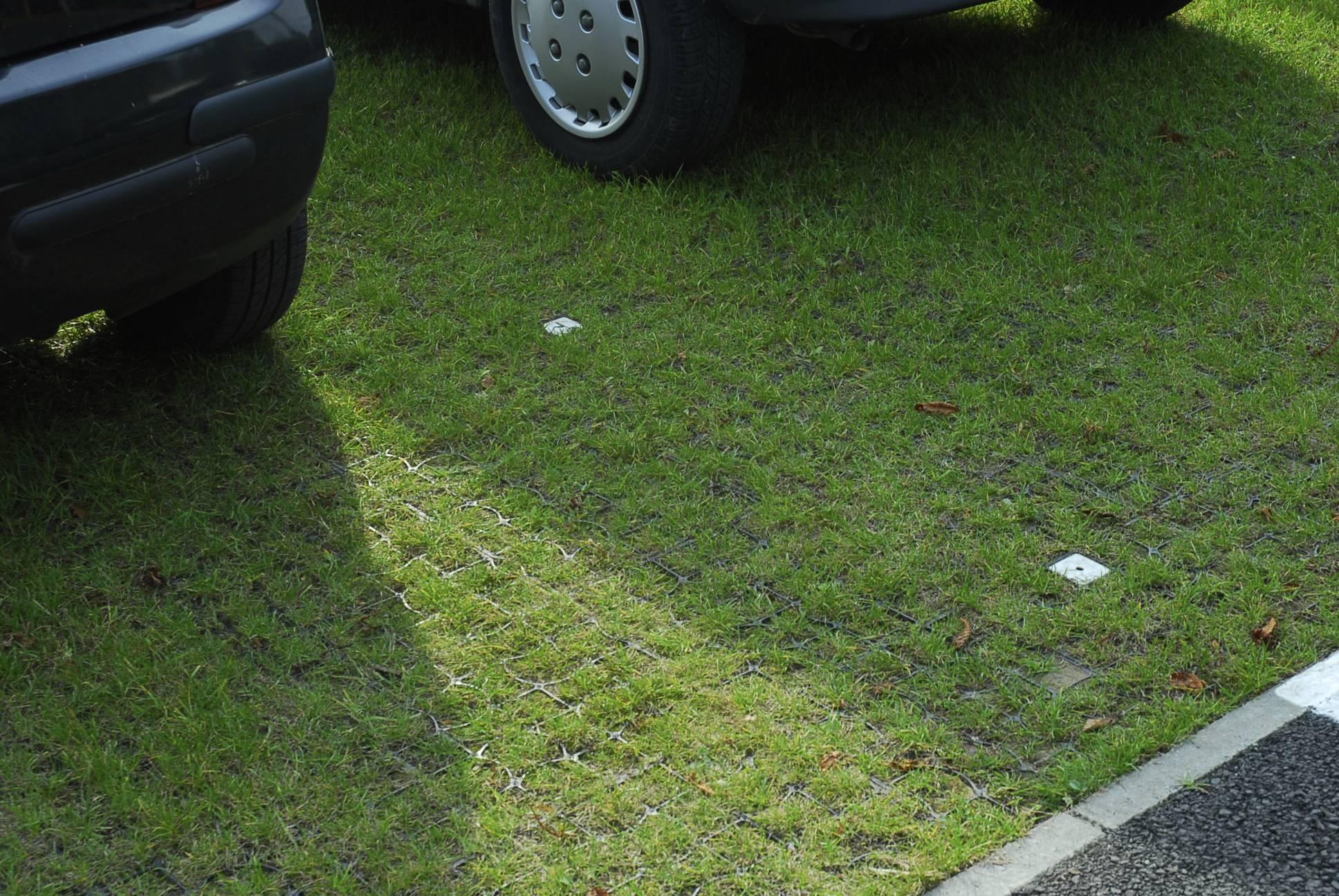 Как превратить газон в парковку и не влететь на штраф 60